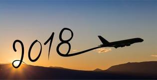 Año Nuevo 2018 que dibuja en aeroplano en el aire en la salida del sol Foto de archivo libre de regalías