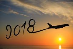 Año Nuevo 2018 que dibuja en aeroplano en el aire en la salida del sol Imagen de archivo libre de regalías