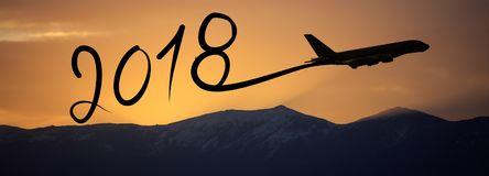 Año Nuevo 2018 que dibuja en aeroplano en el aire en la salida del sol Imágenes de archivo libres de regalías