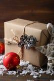 Año Nuevo rústico presente con las decoraciones de la Navidad Fotos de archivo