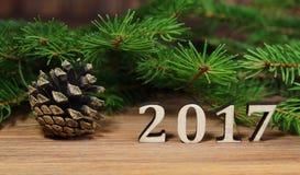 Año Nuevo 2017, rama del abeto y el cono con los cuadros 2017 Imágenes de archivo libres de regalías