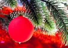 Año Nuevo rojo s ball.close para arriba en un fondo rojo Fotografía de archivo