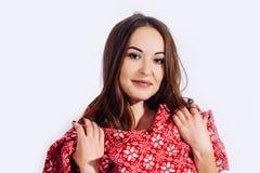 Año Nuevo sonriente del fondo blanco rojo de la bufanda de la muchacha de los días de fiesta de la Navidad foto de archivo