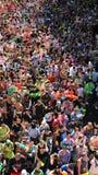 Año Nuevo tailandés y armas de agua turísticos del tiroteo del festival del agua Fotos de archivo