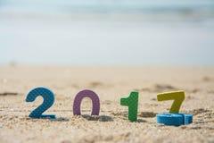 Año Nuevo 2017, texto colorido en la arena de la playa Imagen de archivo libre de regalías