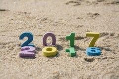 Año Nuevo 2017, texto colorido en la arena de la playa Imagen de archivo