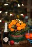 Año Nuevo un ramo de flores y de mandarinas Foto de archivo libre de regalías