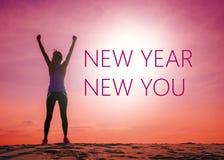 Año Nuevo nuevo usted cita del texto en la imagen de la silueta de la mujer en la salida del sol imagen de archivo
