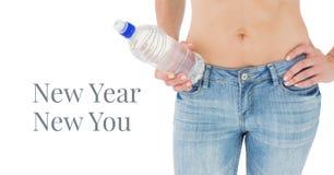 Año Nuevo nuevo usted manda un SMS y cabe a la cintura del ` s de la mujer que sostiene la botella de agua Fotos de archivo libres de regalías