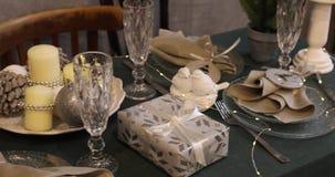 Año Nuevo 2019 Año Nuevo velas y palmatorias, botellas transparentes, Feliz Navidad 2019, fondo de oro vector metrajes