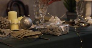 Año Nuevo 2019 Año Nuevo velas y palmatorias, botellas transparentes, Feliz Navidad 2019, fondo de oro vector almacen de video