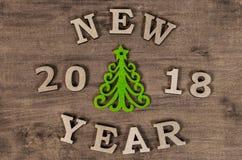 Año Nuevo verde del árbol de navidad y de la muestra de la letra de madera Fotografía de archivo