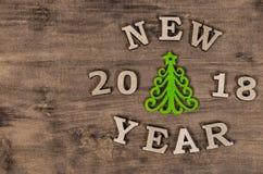 Año Nuevo verde del árbol de navidad y de la muestra de la letra de madera Fotos de archivo