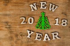 Año Nuevo verde del árbol de navidad y de la muestra de la letra de madera Foto de archivo libre de regalías