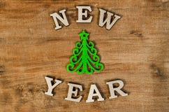 Año Nuevo verde del árbol de navidad y de la muestra de la letra de madera Imagen de archivo libre de regalías