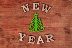 Año Nuevo verde del árbol de navidad y de la muestra de la letra de madera Imágenes de archivo libres de regalías