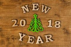 Año Nuevo verde del árbol de navidad y de la muestra de la letra de madera Foto de archivo