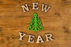 Año Nuevo verde del árbol de navidad y de la muestra de la letra de madera Fotos de archivo libres de regalías