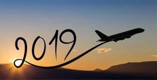 Año Nuevo 2019 volando el aeroplano en el aire en la salida del sol Fotos de archivo