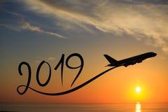 Año Nuevo 2019 volando el aeroplano en el aire en la salida del sol Imagen de archivo
