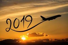 Año Nuevo 2019 volando el aeroplano en el aire en la salida del sol Fotografía de archivo