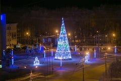 Año Nuevo y árbol de navidad en el cuadrado en Arkhangelsk, noche de diciembre Alta imagen granulosa de la ISO Foto de archivo