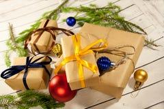 Año Nuevo y cajas de regalo de la Navidad en estilo rústico en un wh de madera Foto de archivo libre de regalías