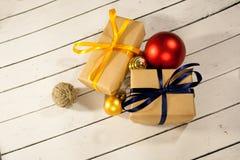 Año Nuevo y cajas de regalo de la Navidad en estilo rústico en un wh de madera Fotografía de archivo libre de regalías