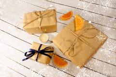 Año Nuevo y cajas de regalo de la Navidad en estilo rústico en un wh de madera Fotos de archivo