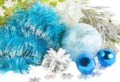 Año Nuevo y composición de la Navidad con la malla azul, árbol de abeto encendido Foto de archivo libre de regalías