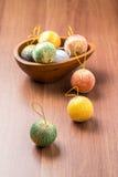 Año Nuevo y decoración colorida de la bola de la Navidad en la madera marrón TA Imagen de archivo libre de regalías