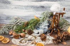 Año Nuevo y decoración del invierno de la Navidad con las ramas del abeto Fotos de archivo libres de regalías