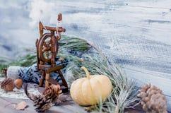 Año Nuevo y decoración del invierno de la Navidad con las ramas del abeto Imagen de archivo libre de regalías
