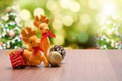 Año Nuevo y decoración del reno y del regalo de la Navidad en el wo marrón Foto de archivo libre de regalías