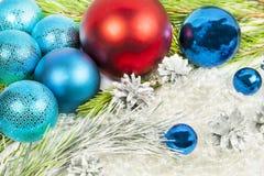 Año Nuevo y decoraciones de la Navidad en el fondo blanco con la bola Fotos de archivo