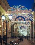 Año Nuevo y decoraciones y luces de la Navidad en las calles de Moscú Imagenes de archivo