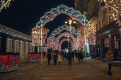 Año Nuevo y decoraciones y luces de la Navidad en las calles de Moscú Fotografía de archivo libre de regalías