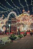 Año Nuevo y decoraciones y luces de la Navidad en las calles de Moscú Fotos de archivo