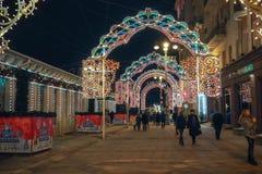Año Nuevo y decoraciones y luces de la Navidad en las calles de Moscú Imágenes de archivo libres de regalías