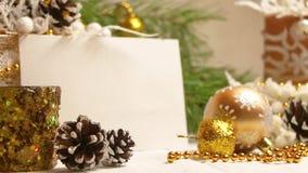 Año Nuevo y decoraciones y regalos de la Navidad en color de oro con vista lateral del backgroung blanco almacen de video