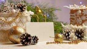 Año Nuevo y decoraciones y regalos de la Navidad en color de oro con vista lateral del backgroung blanco metrajes