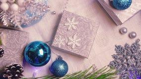Año Nuevo y decoraciones y regalos de la Navidad en la visión superior azul y color plata metrajes