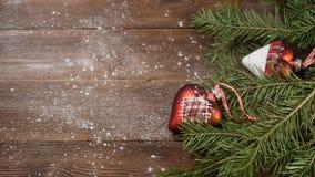 Año Nuevo y Feliz Navidad 2019 2020 Árbol de navidad con las decoraciones en fondo de madera E metrajes