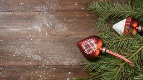 Año Nuevo y Feliz Navidad 2019 2020 Árbol de navidad con las decoraciones en fondo de madera la mano masculina añade otra almacen de metraje de vídeo