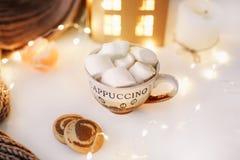 Año Nuevo 2018 y fondo de la Navidad con una taza de café con las melcochas y las velas en el fondo blanco Imágenes de archivo libres de regalías