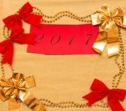 Año Nuevo y fondo de la Navidad del papel y de las decoraciones del oro Fotos de archivo