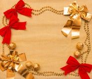 Año Nuevo y fondo de la Navidad del papel y de las decoraciones del oro Fotos de archivo libres de regalías