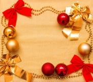 Año Nuevo y fondo de la Navidad del papel y de las decoraciones del oro Imagen de archivo