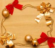 Año Nuevo y fondo de la Navidad del papel y de las decoraciones del oro Imagen de archivo libre de regalías
