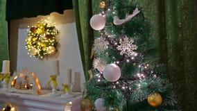 Año Nuevo y juguetes del árbol interior de los regalos del sitio de la Navidad que centellan luces y la chimenea Foto de archivo